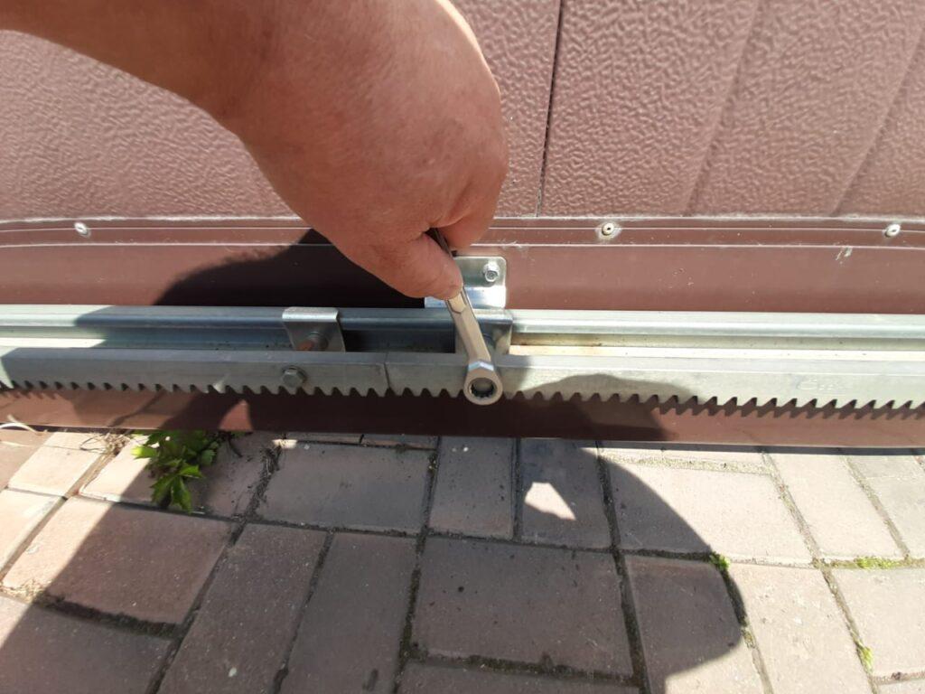 Способ откручивания зубчатой рейки откатных ворот